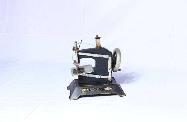 Réplica máquina de Costura Antiga Singer Preta
